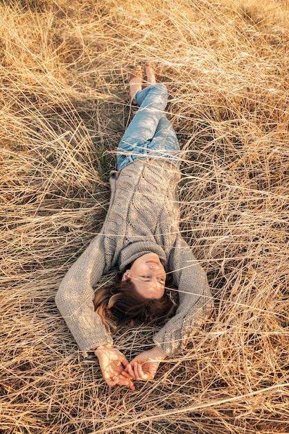 Posando mujer en la naturaleza Foto Premium