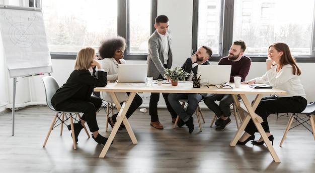 Posibilidad muy remota de empresarios en reunión Foto Premium