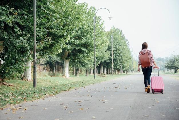 Posibilidad muy remota de mujer con su equipaje Foto gratis