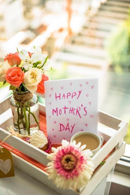 Postal feliz día de la madre en bandeja festiva Foto gratis