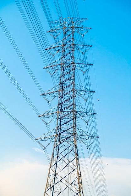 Poste eléctrico con alta tensión. Foto gratis