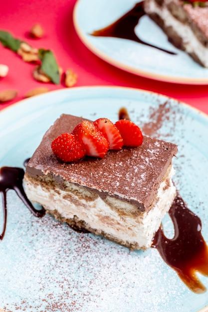 Postre cubierto con cacao y fresas Foto gratis