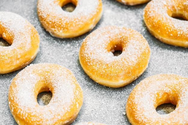 Postre dulce con muchas rosquillas. Foto gratis