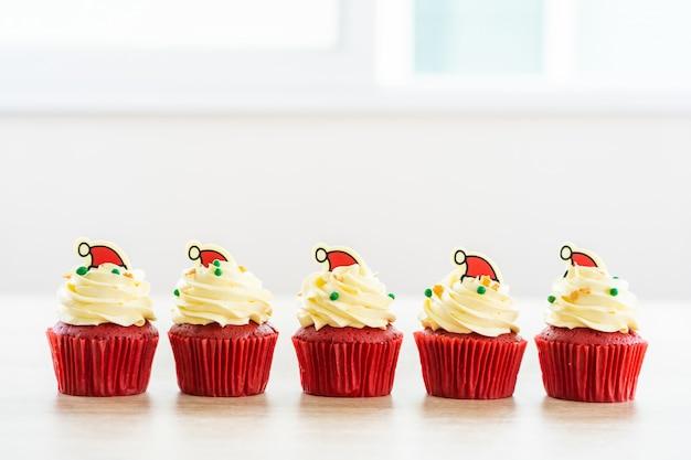 Postre dulce con terciopelo rojo magdalena. Foto gratis