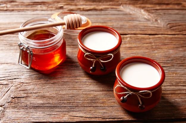 Postre lácteo cuajada con miel. Foto Premium
