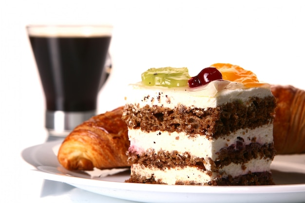 Postre tarta de frutas con café negro Foto gratis