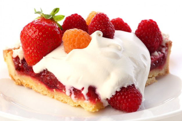 Postre tarta de frutas con crema batida Foto gratis