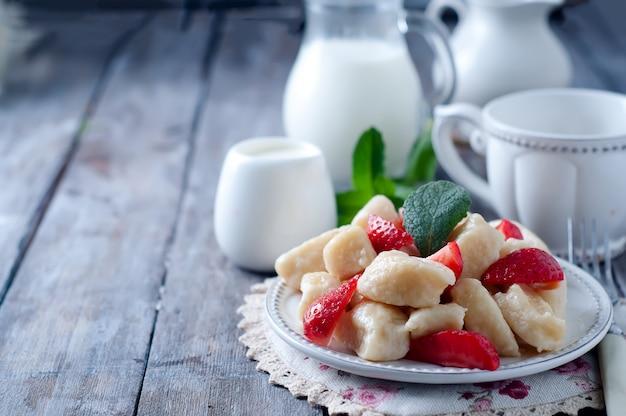 Postre de verano perezosos empanadillas con queso cottage Foto Premium
