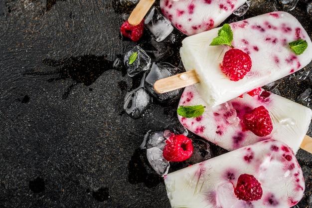Postres dulces de verano, paletas de helado orgánico casero de frambuesa y yogurt Foto Premium