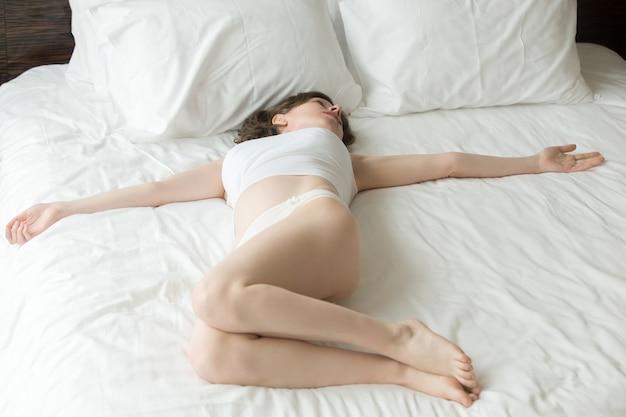 Postura de torcedura espinal de reclinación Foto gratis