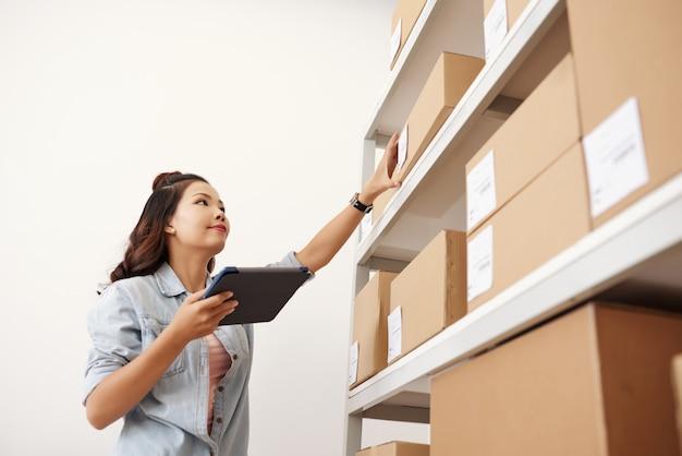 Postwoman en el almacén Foto gratis