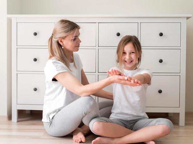 Práctica deportiva madre y niña Foto gratis