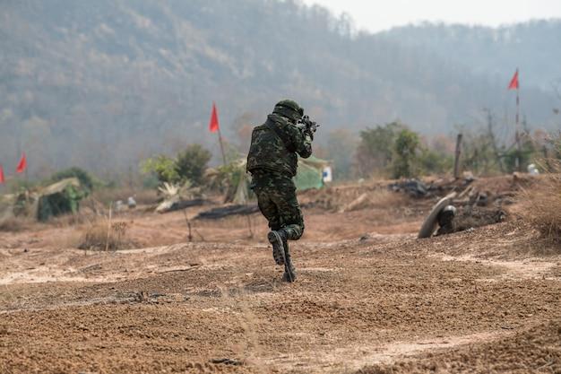 Práctica de soldado para patrullar Foto Premium