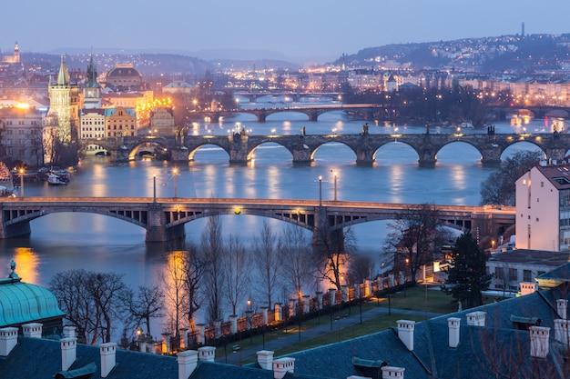 Praga en el crepúsculo, vista de los puentes en vltava Foto Premium