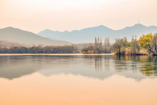 Precioso paisaje con río y puente al fondo Foto gratis