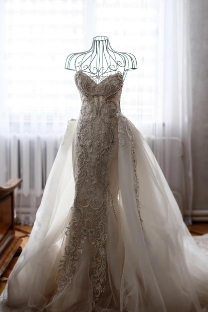 precioso vestido de novia decorado con cristales colgando del