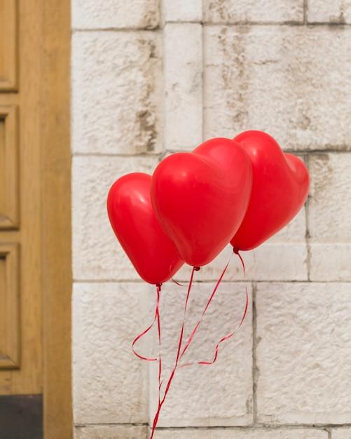 Preciosos globos de corazón de helio Foto gratis
