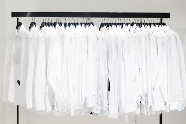 Prendas de ropa en una tienda Foto gratis