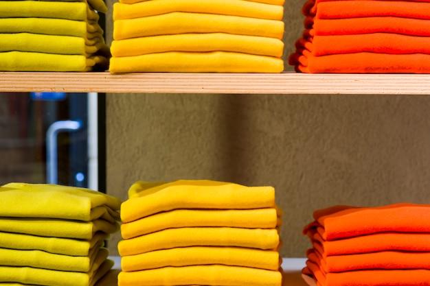 Prendas en una tienda de ropa Foto gratis