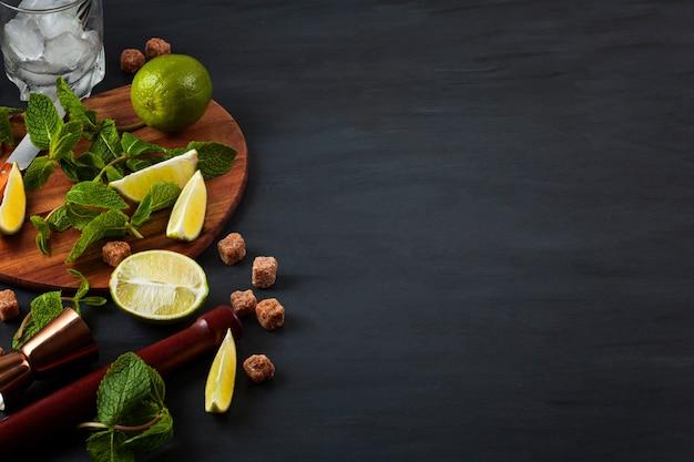 Preparación de cóctel mojito. fondo de utensilios e ingredientes de bar Foto Premium