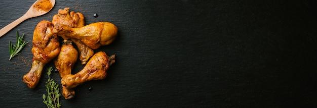 Preparación de pollo asado crudo para cocinar Foto gratis