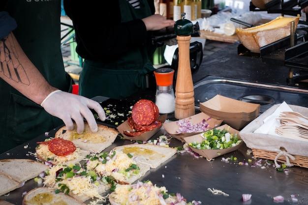 Preparación del sándwich raclette con chorizo Foto gratis