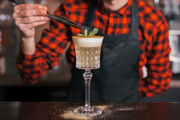 Preparando un coctel en un bar Foto gratis