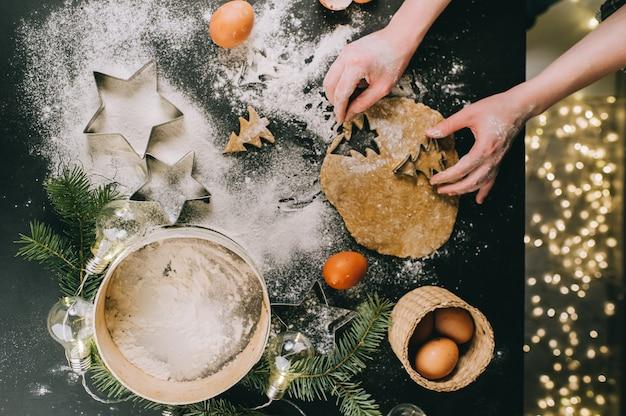 Preparando galletas de navidad, vista superior, filtro retro aplicado, concepto de navidad en casa Foto Premium