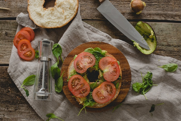 Preparando sandwich de donas Foto gratis