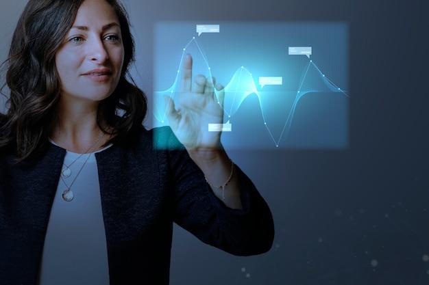 Presentación de gráficos digitales de alta tecnología por una empresaria Foto gratis