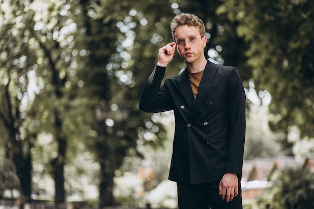 Presentación modelo del hombre joven en la calle Foto gratis