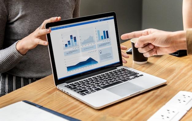 Presentación del negocio en la pantalla de una computadora portátil Foto gratis
