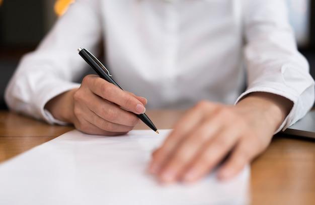 Primer adulto listo para firmar documentos Foto gratis
