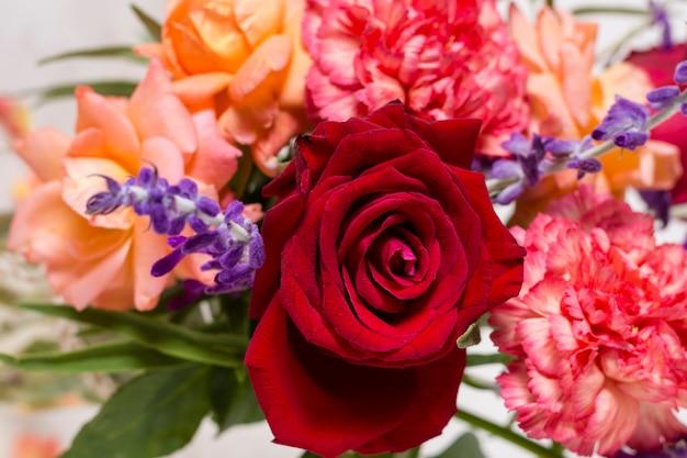 Primer arreglo de rosas bonitas Foto gratis