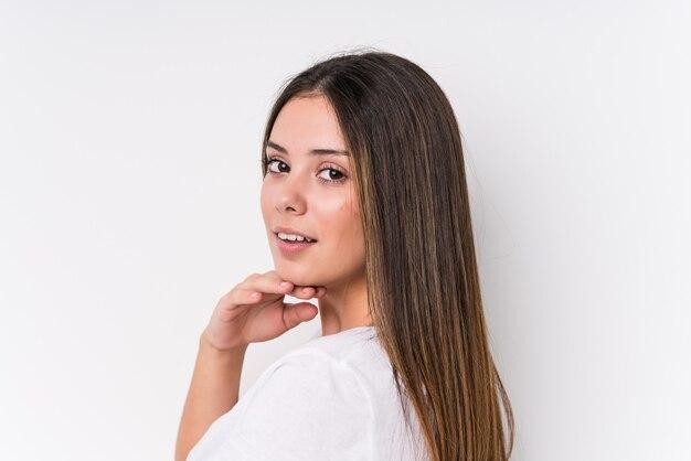 Primer bastante joven de la cara de la mujer caucásica aislado Foto Premium