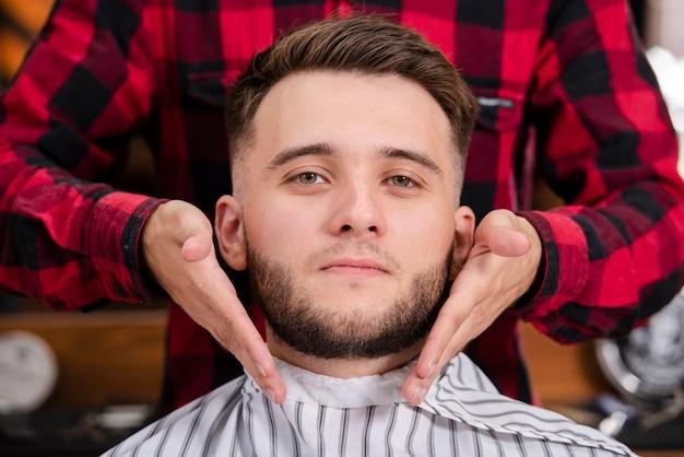 Primer cliente con su barba en punto Foto gratis
