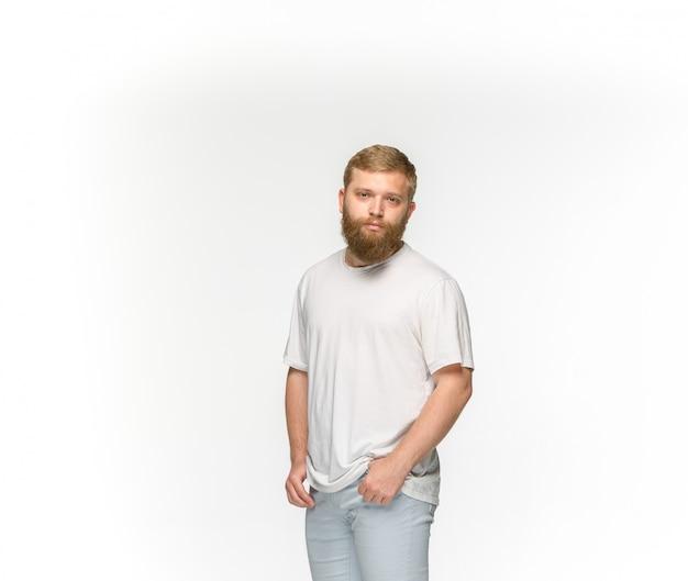 Primer del cuerpo del hombre joven en la camiseta blanca vacía aislada en el espacio blanco. simulacros de concepto de diseño Foto gratis