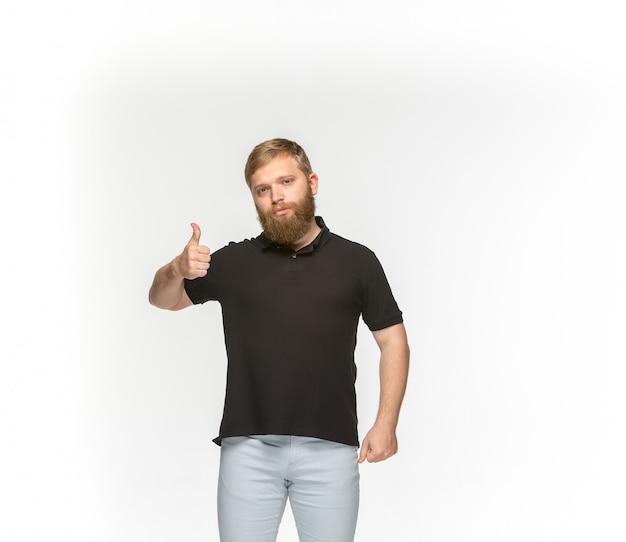 Primer del cuerpo del hombre joven en la camiseta negra vacía aislada en el espacio blanco. simulacros de concepto de diseño Foto gratis
