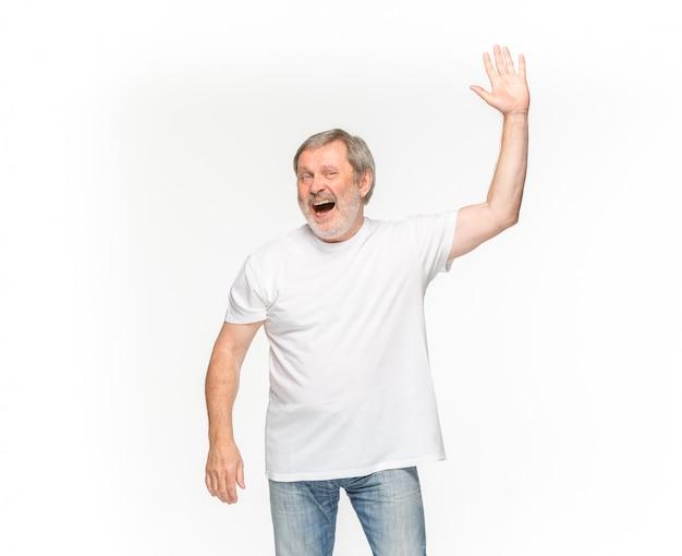 Primer del cuerpo del hombre mayor en la camiseta blanca vacía aislada en el espacio blanco. simulacros de concepto de diseño Foto gratis