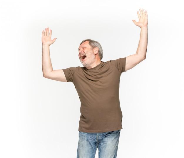 Primer del cuerpo del hombre mayor en la camiseta marrón vacía aislada en el espacio blanco. simulacros de concepto de diseño Foto gratis