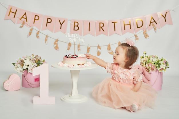 Primer cumpleaños niñas, decoración en colores rosados Foto Premium