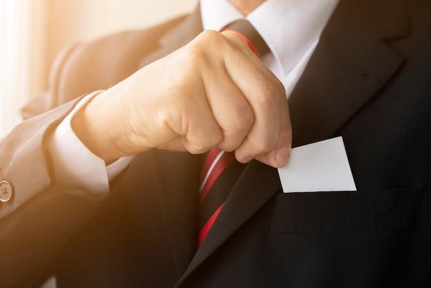 Primer empresario sosteniendo su tarjeta Foto Premium