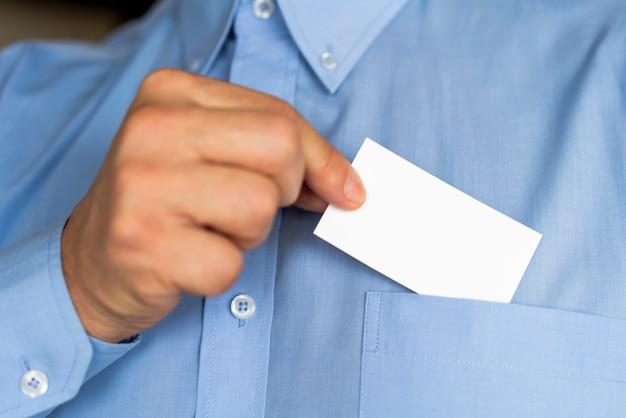 Primer empresario sosteniendo una tarjeta Foto gratis