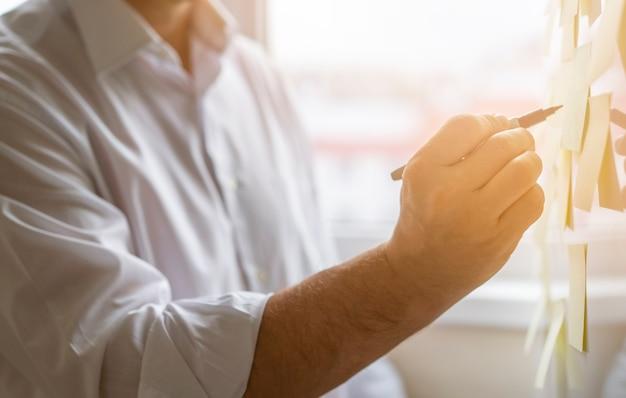 Primer empresario tomando notas en la oficina Foto gratis