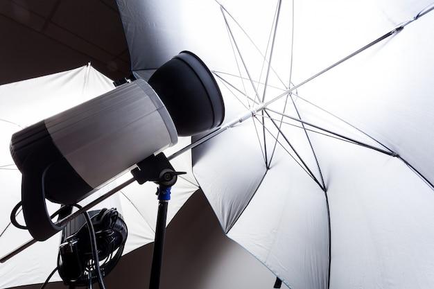 Primer estudio flash en gris en el estudio fotográfico. studio light para fotografía Foto Premium
