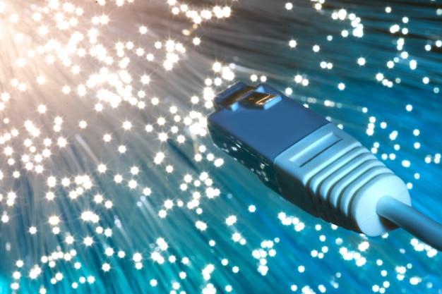 Primer en el extremo del cable de red de fibra óptica en azul Foto Premium