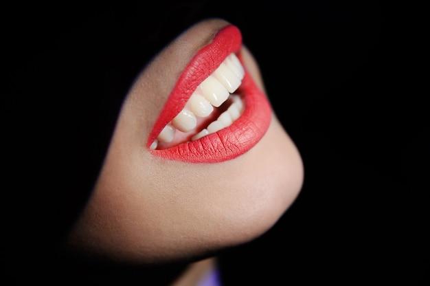 Primer hermoso de los dientes de la muchacha Foto Premium