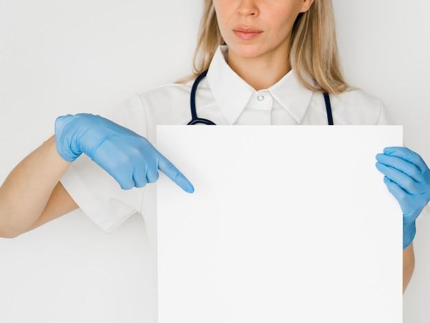 Primer médico apuntando al papel Foto gratis