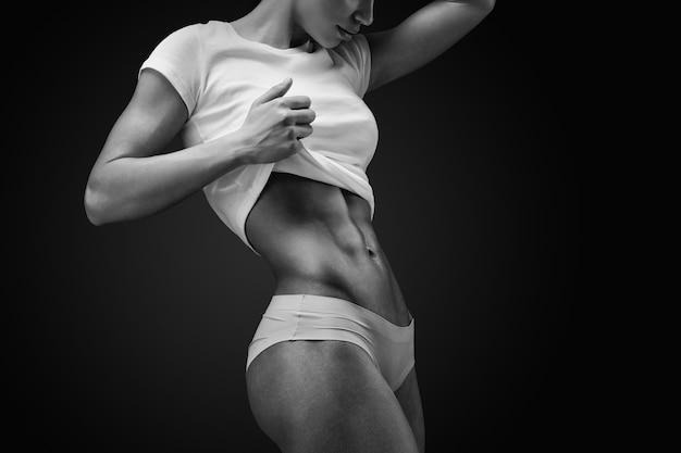 Primer plano del abdomen muscular del modelo femenino Foto Premium