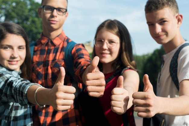 Primer plano de amigos adolescentes aprobando Foto gratis